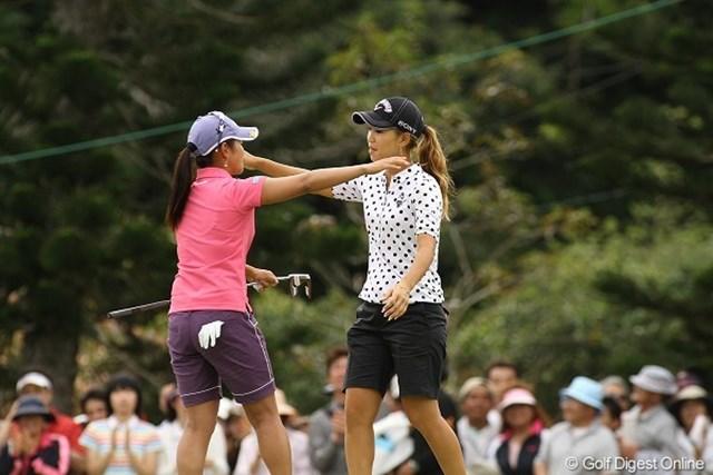 米ツアーで共に戦う宮里藍と上田桃子は18番を終えて互いをねぎらう