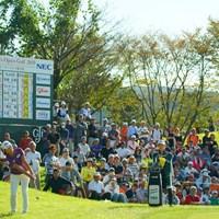 14番はグリーン奥からの難しいアプローチ。簡単に寄せるよねぇ。 2019年 日本女子オープンゴルフ選手権 最終日 渋野日向子