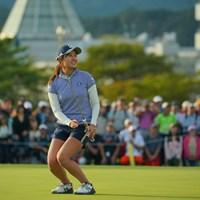 大勢のギャラリーから見守れる中、最終18番でバーディを奪いガッツポーズ 2019年 日本女子オープンゴルフ選手権  最終日 大里桃子