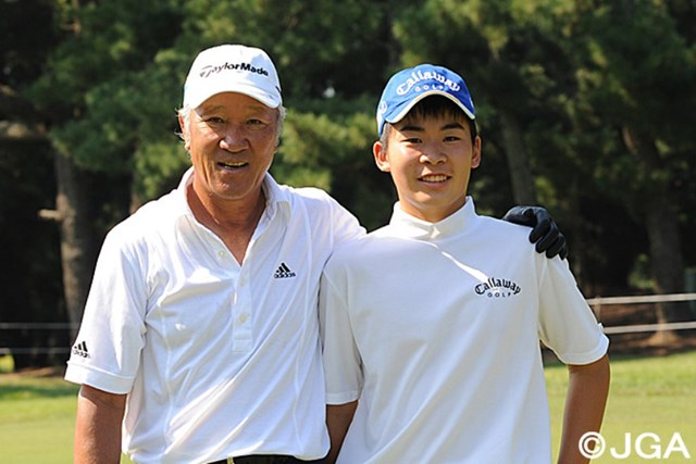 11年前、古賀GCで初めてツアーに出場。青木功さんと記念写真 ※日本ゴルフ協会提供画像