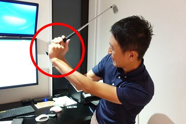トップで左手首のヒンジが手の甲側に折れるアマチュアが多い
