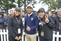 渋野日向子(左)は笠りつ子(右)と小平智を挟んで3ショットも