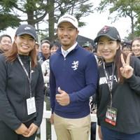 渋野日向子(左)は笠りつ子(右)と小平智を挟んで3ショットも 2020年 ZOZOチャンピオンシップ 事前 渋野日向子
