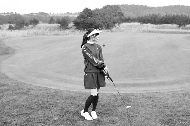 青森美女とゴルフデート始まります/第1話【方言2サム漫遊記】 初心者1人パッティンググリーンにたたずむの図