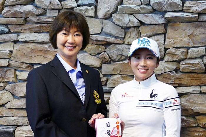 小林浩美LPGA会長(左)とイ・ボミが記念撮影。50万円をLPGAに寄付した 2019年 NOBUTA GROUP マスターズGCレディース 事前 小林浩美LPGA会長 イ・ボミ