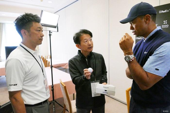 ウッズに新ボールを初披露するBSの甲斐氏(中央)と木村氏(左) タイガーとBSスタッフ
