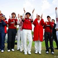 4ポイントビハインドから逆転優勝を飾った韓国チーム。金美賢、李知姫、グレース朴ほか 2004年 日韓女子プロ対抗戦 最終日