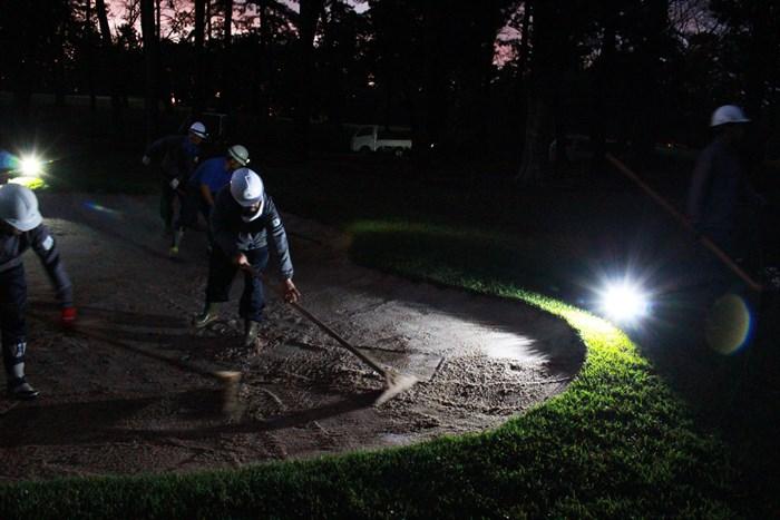 まだ暗いうちからバンカーの修復を行うスタッフたち(提供:アコーディア・ゴルフ) 2020年 ZOZOチャンピオンシップ 3日目 早朝