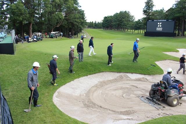 PGAツアーのスタッフも作業を見つめる(提供:アコーディア・ゴルフ)