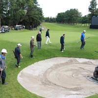 PGAツアーのスタッフも作業を見つめる(提供:アコーディア・ゴルフ) 2020年 ZOZOチャンピオンシップ 3日目 PGAスタッフ