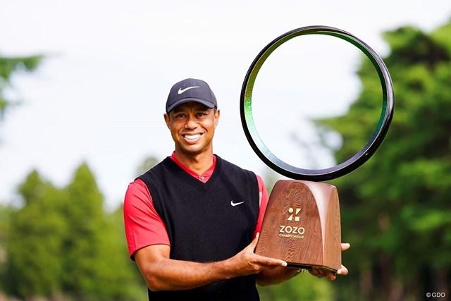 2020年 ZOZOチャンピオンシップ  最終日 タイガー・ウッズ 優勝トロフィーを掲げて笑顔を見せるタイガー・ウッズ
