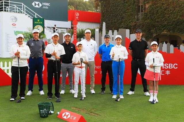 大会開幕前にジュニアゴルファーへのクリニックを行った選手たち(Matthew Lewis/Getty Images)