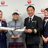 渋野日向子(左から2人目)がJALとサポート契約(JAL提供) 渋野日向子