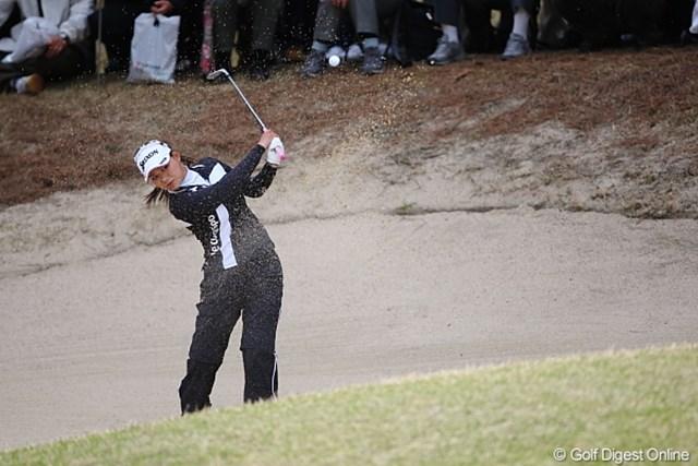 2010年 ヨコハマタイヤゴルフトーナメントPRGRレディスカップ2日目 横峯さくら ツーオン失敗もバンカーから楽々バーディー!