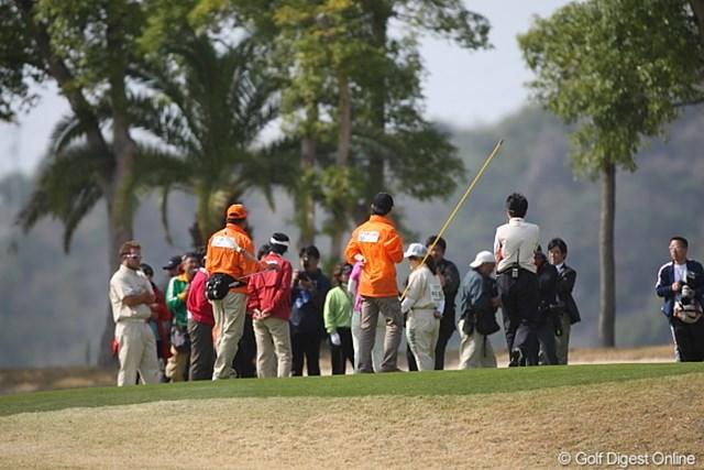 2010年 ヨコハマタイヤゴルフトーナメントPRGRレディスカップ最終日 1番グリーンでの協議 競技終了後、1番グリーンに戻り現場検証。異例の優勝決定となった