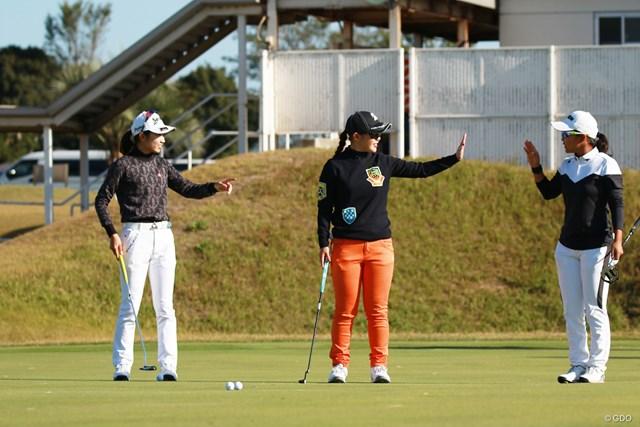 スタート前のパッティンググリーンで談笑する安田祐香、吉田優利、佐渡山理莉