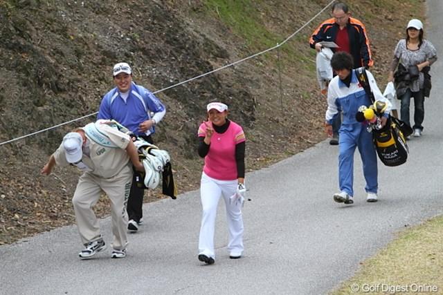 2010年 ヨコハマタイヤゴルフトーナメントPRGRレディスカップ最終日 佐伯三貴 カメラに向かってチョキ! チョキじゃねーだろ、チョキじゃ