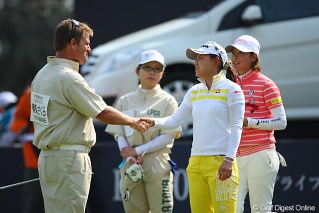 2010年 ヨコハマタイヤゴルフトーナメントPRGRレディスカップ最終日 横峯さくら なんだこの二人の表情は?…苦いの?