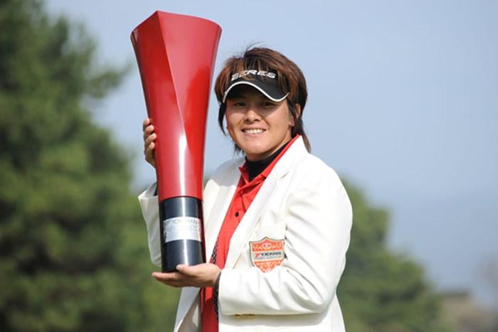 逆転で『ハート・イン・ザ・カップ』を手にしたウェイ・ユンジェ 2010年 ヨコハマタイヤゴルフトーナメントPRGRレディスカップ最終日 ウェイ・ユンジェ