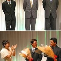 上:全試合に出場!アイアンマンの表彰を受けた近藤智弘、川岸良兼、加瀬秀樹(左から) 下:写真右の神山隆志は、パーティーの間にお子さん誕生の嬉しい知らせが入り、会場中の賛辞の拍手に包まれた 2004年 ジャパンゴルフツアー表彰式