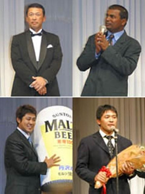 2004年 ジャパンゴルフツアー表彰式 上:フェアウェイキープ、サンドセーブのダブル受賞を果たした平石(左)と来季は賞金王を狙うというD.チャンド 下:ドラコンでビールを獲得した小山内護(左)と、選手を代表して挨拶した手嶋多一