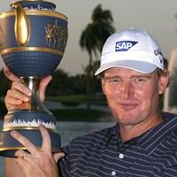 今大会では04年以来となる2度目のタイトルを手にしたE.エルス (Doug Benc /Getty Images) 2010年 WGC CA選手権 最終日 アーニー・エルス