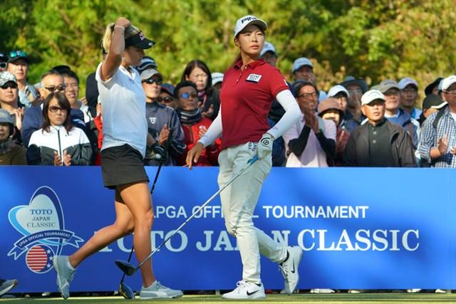 レキシー・トンプソン(左)と同組でプレーした渋野日向子