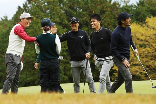 石川遼(中央)は新井貴浩(左)、武井壮(右から2人目)、鈴木啓太とプレーした