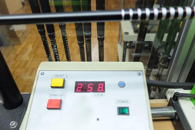 先端側の剛性が高いので、スイングすると振動数よりも硬く感じるだろう