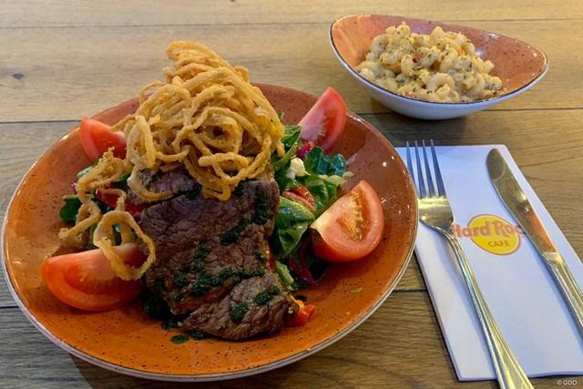 南アフリカでハードロックカフェへ。ステーキサラダです