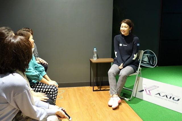 ゼクジョ会 Nさん(左手前)は古閑美保プロと楽しいひとときを過ごした