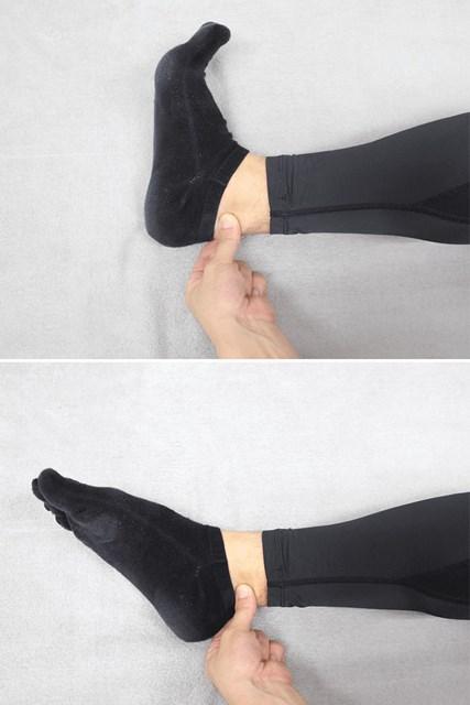 アキレス腱を指でつまみ、足首を曲げたり伸ばしたりします