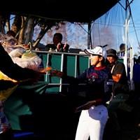 大江香織のホールアウトをたくさんの仲間が出迎えた 2019年 伊藤園レディスゴルフトーナメント 最終日 大江香織