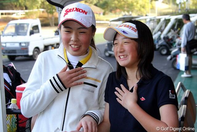 「今からドキドキだよね!」遼の妹・石川葉子(右)と、注目のアマチュア高橋恵(左)。注目の13歳ペアだ