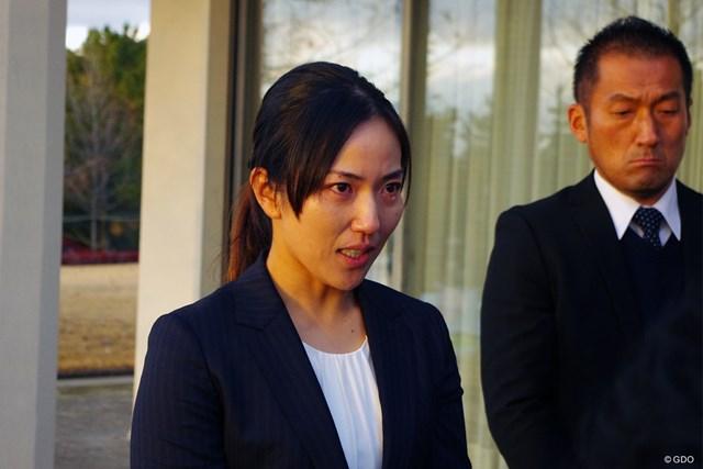 公の場で涙ながらに謝罪した笠りつ子(左)