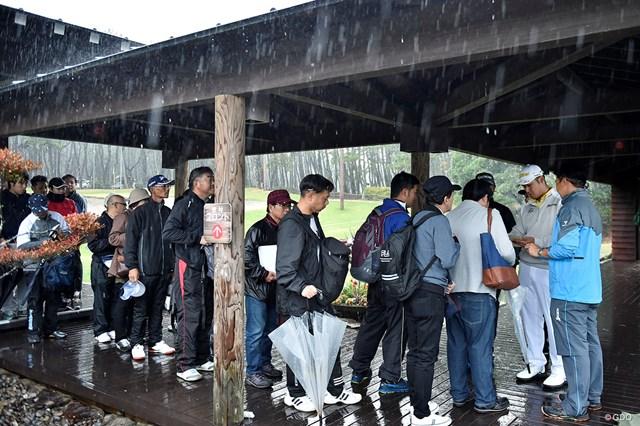 2019年 ダンロップフェニックストーナメント 最終日 松山英樹 スタート前の練習場で中止決定を知り、ファンにサインをする松山英樹