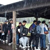 スタート前の練習場で中止決定を知り、ファンにサインをする松山英樹 2019年 ダンロップフェニックストーナメント 最終日 松山英樹