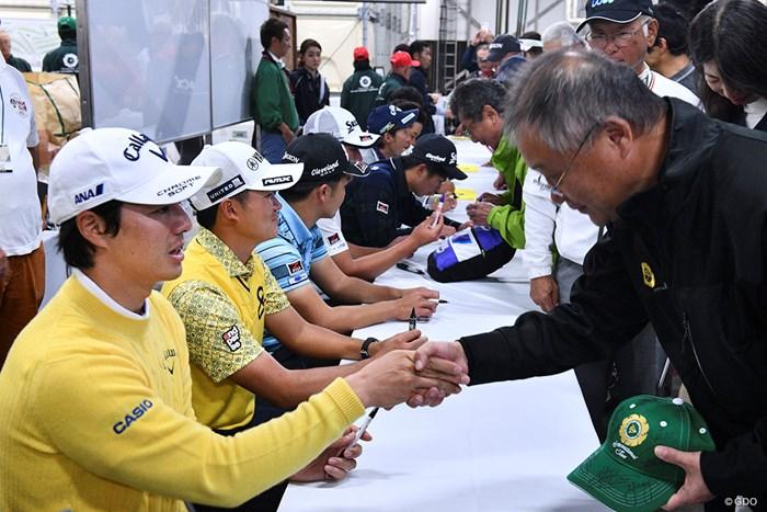 中止決定後のサイン会に参加した選手たち 2019年 ダンロップフェニックストーナメント 最終日 サイン会