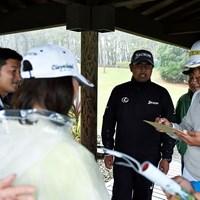 中止が決まり、練習場で急遽一人サイン会が行われた 2019年 ダンロップフェニックストーナメント 最終日 松山英樹
