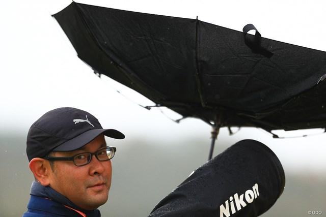 2019年 カシオワールドオープンゴルフトーナメント 初日 カメラマン もう傘さすのやめようか。
