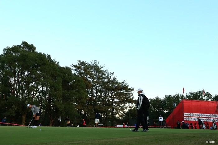 鈴木愛と残る練習グリーン。渋野日向子(左)は練習を続けた 2019年 LPGAツアーチャンピオンシップリコーカップ 3日目 渋野日向子