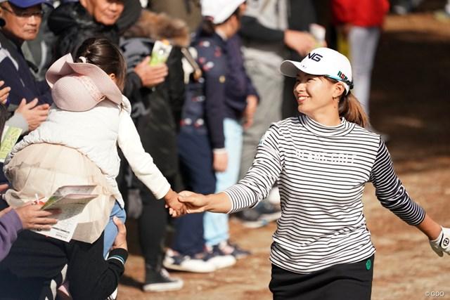 2019年 LPGAツアーチャンピオンシップリコーカップ 3日目 渋野日向子 癒し、ほんと子供好きみたい