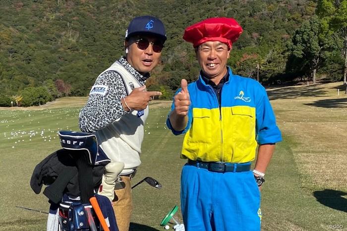還暦を迎えた守谷一隆キャディと…。ナイスポーズ! 2019年 カシオワールドオープンゴルフトーナメント  2日目 片山晋呉