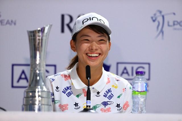 8月「AIG全英女子オープン」で優勝会見に臨む渋野日向子。笑顔でも海外メディアを魅了した