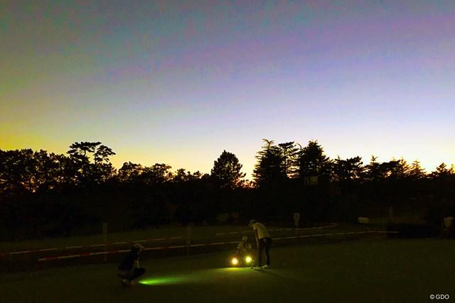 10月の「スタンレーレディス」ではスマートフォンの灯りで練習する渋野日向子の姿があった