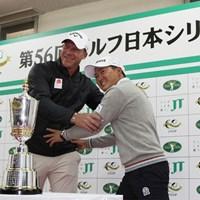元ラガーマンのショーン・ノリスにタックルを仕掛ける今平周吾 2019年 ゴルフ日本シリーズJTカップ 事前 ショーン・ノリス 今平周吾