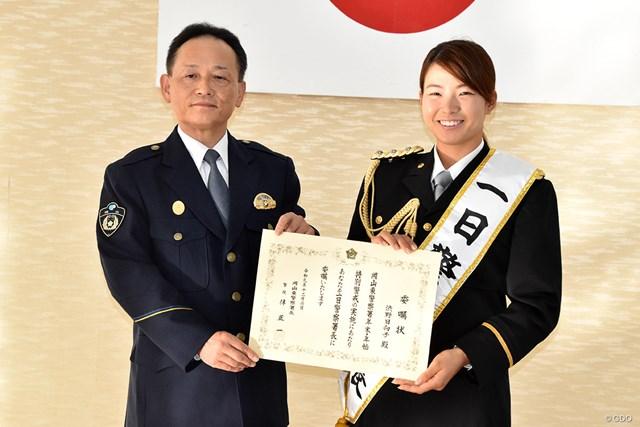 岡山東警察署で一日署長を務めた渋野日向子(右)