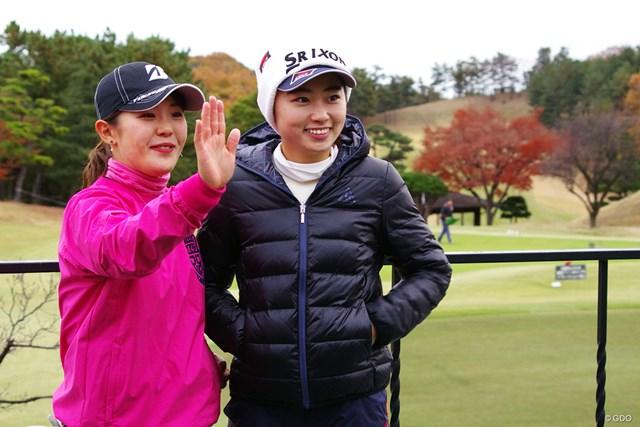 吉田優利と一緒に西村優菜を待つ安田祐香(右)