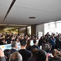 岡山市役所を訪れた渋野日向子に多くの人が押し寄せた 2019年 渋野日向子