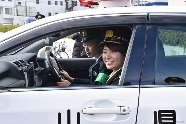 岡山県警のパトカーで移動する渋野日向子